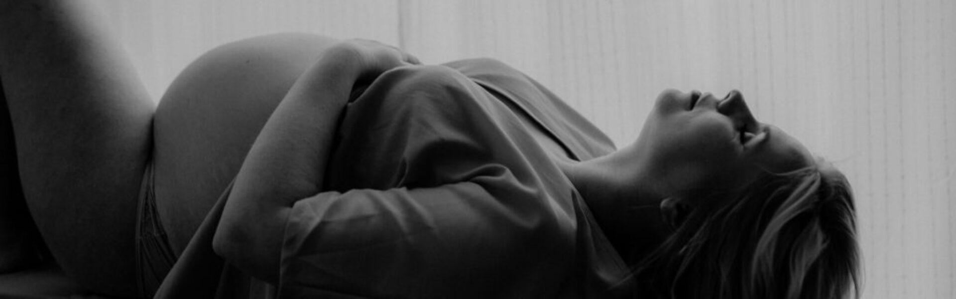schwarz-weißaufahme - Schwangere liegt auf dem Rücken